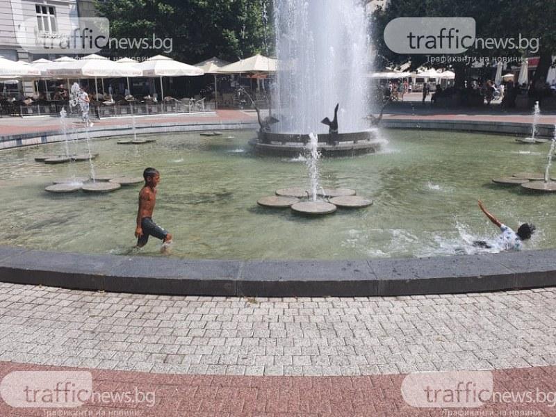 Фонтанът пред общината в Пловдив стана басейн