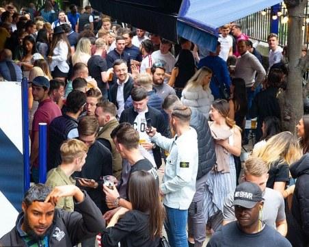 Английските пиячи се втурнаха към баровете, дистанцията е мираж