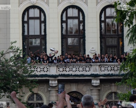 Черно-бяла фиеста - Локо дефилира с Купата по улиците на Пловдив