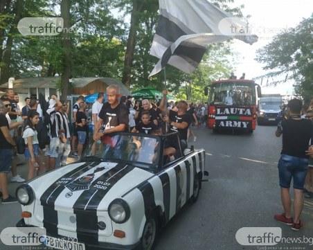 """""""Черно-бяла"""" радост! Стотици фенове на Локо тръгнаха с купата към Общината"""