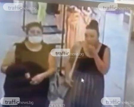 Крадли свалят алармите на дрехи в пловдивски мол, спипаха ги