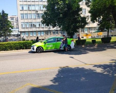 Малките жестове: Таксиметров шофьор помогна на жена, която едвам стои на краката си