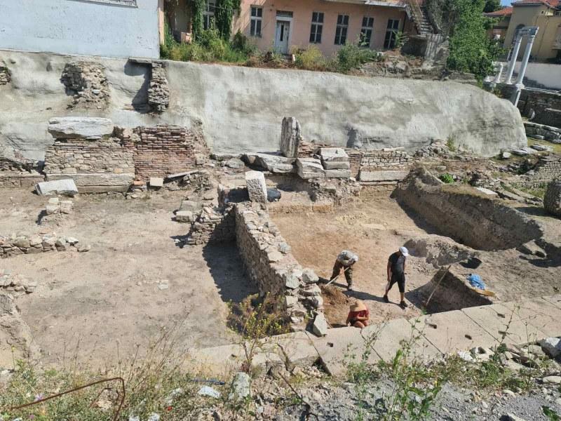 Археолози проучват северния портик на Античния форум