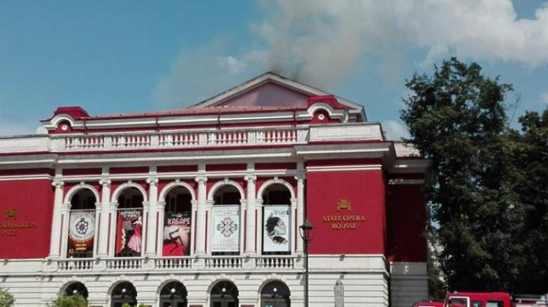 Гори сградата на операта в Русе