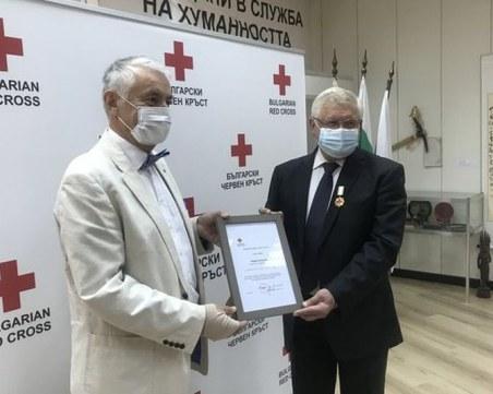 Министър Ананиев със златен медал от БЧК