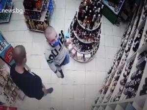 Кражба в Пловдив! Маскирани пъхат бутилки алкохол в гащите си
