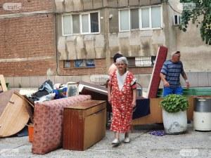 Съседи на изхвърлената Олга: Тя е мила жена, но синът й я докара до тук