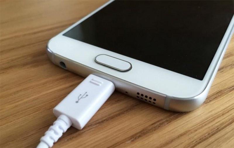 Samsung обмисля да продава новите си телефони без зарядно в комплекта