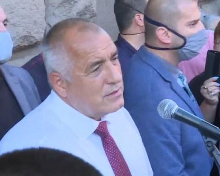 Борисов слезе при протестиращите: Не викайте Оставка, а Единство