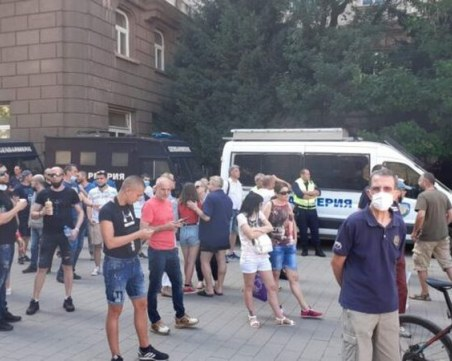 Напрежение пред президентството! Протестиращи опитаха да пробият полицейския кордон