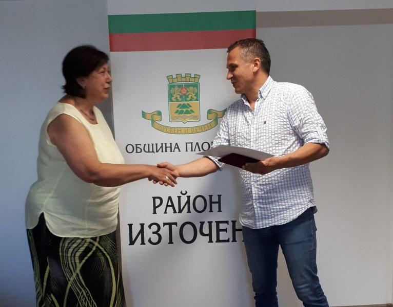 Иван Стоянов връчи почетен знак на директора на ДГ