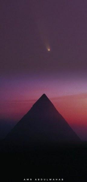 Комета украси небето над пирамидата на Хафре в Гиза