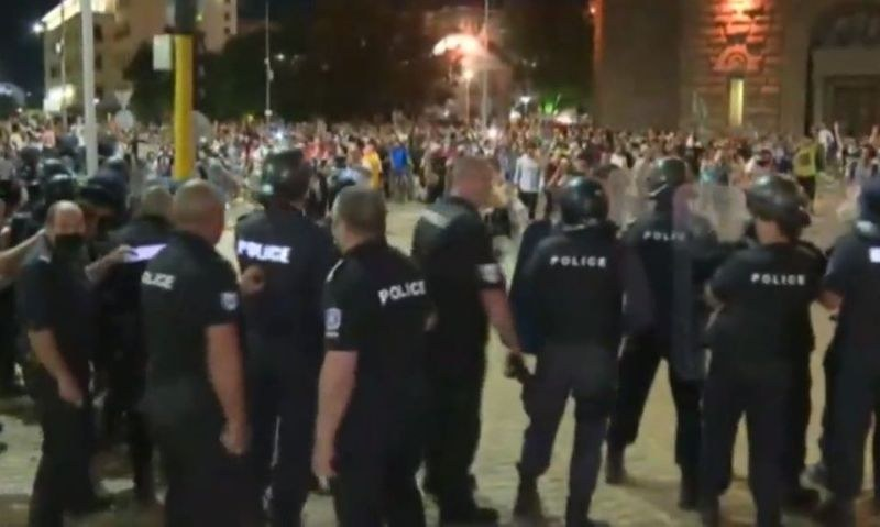 Отново сблъсъци! Протестиращи хвърлят бутилки по полицаите