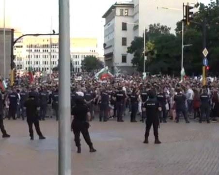 Хиляди са пред Министерския съвет, протестът минава спокойно