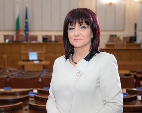 Караянчева: Радев иска служебен кабинет, няма да успее