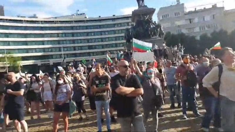 Протестът се насочи към Орлов мост, прииждат още хора