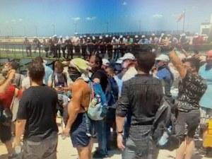 Протестиращите пеят химна на плажа на Росенец, симпатизанти на ДПС целуват знамето