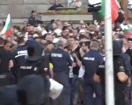 Двама полицаи са в Неврохирургията след снощните протести