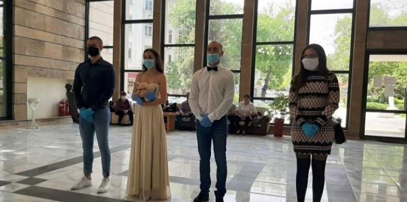 Задължителна дистанция от 1.5 метра при сватби и семейни тържества