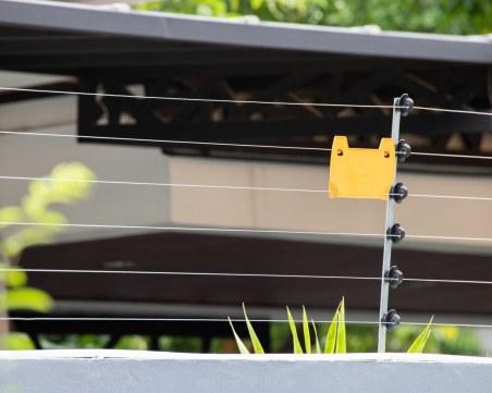 Британски пъб сложи електрическа ограда за дистанция