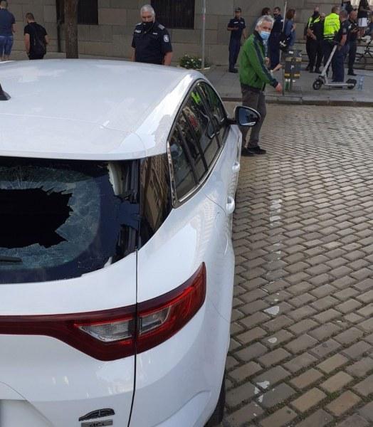 Мъж потроши стъкло на автомобил по време на протестите в София
