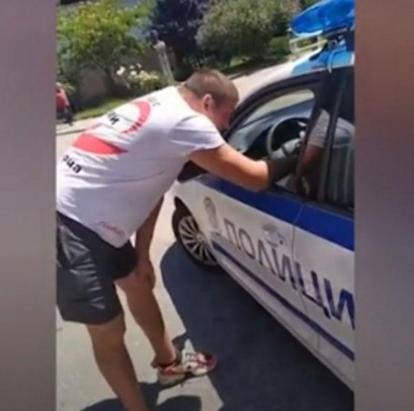 Клип възмути мрежата: Полицаи глобиха доброволец, докато раздава безплатна храна