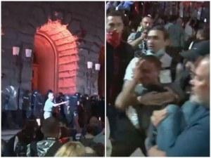 Напрежение между протестиращи и полицията! Има пострадал от хвърлените предмети
