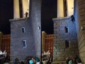 """Протестиращи отново изкачиха Партийния дом, сложиха му – """"Продава се"""""""