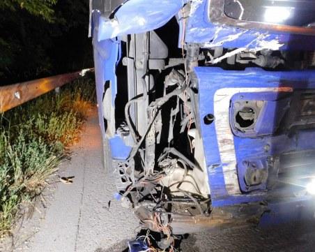 Борят се за живота на семейство след жестоко меле между кола и камион