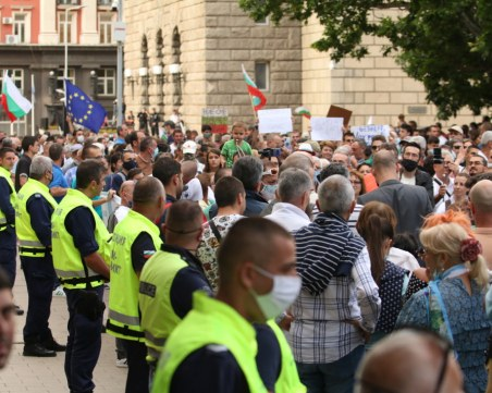 Доброволци сред протестиращите следят за провокации