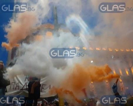 Нови сблъсъци на протеста: Факла полетя към полицаи, има напрежение