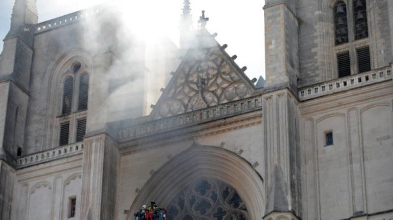 Голям пожар избухна в катедралата в Нант