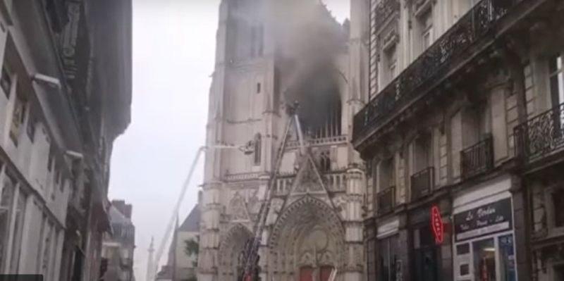 Овладяха пожара в катедралата в Нант