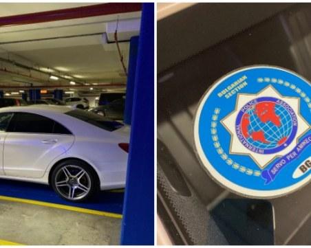 Мерцедес с полицейски стикер паркира на място за инвалиди в мол