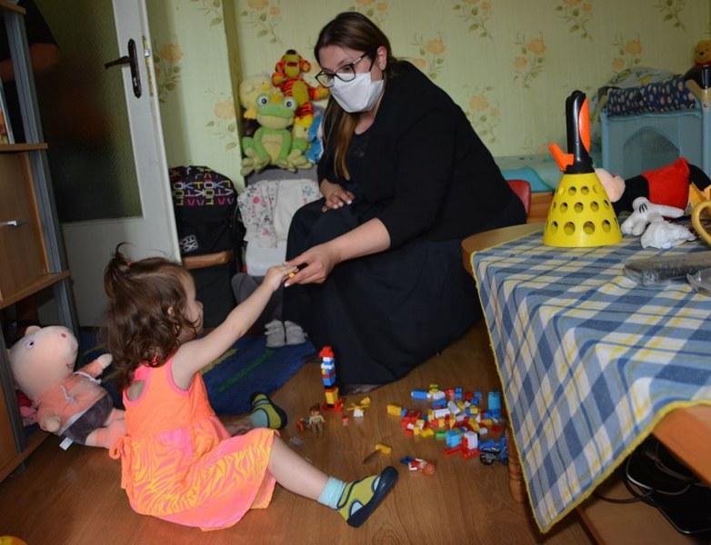 Никой роднина не иска да се грижи за малката Вики, изведена след тормоза на майка ѝ