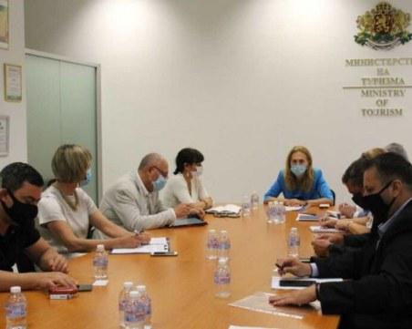 Николова предложи държавата да плаща за карантинирани туристи