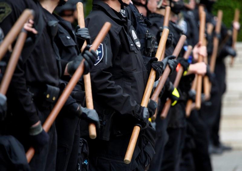 Близо 60 полицаи бяха ранени по време на безредици в Сиатъл
