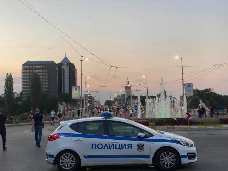 Антипротестър в Пловдив налетя на полицаи и протестиращи, униформен пострада куриозно