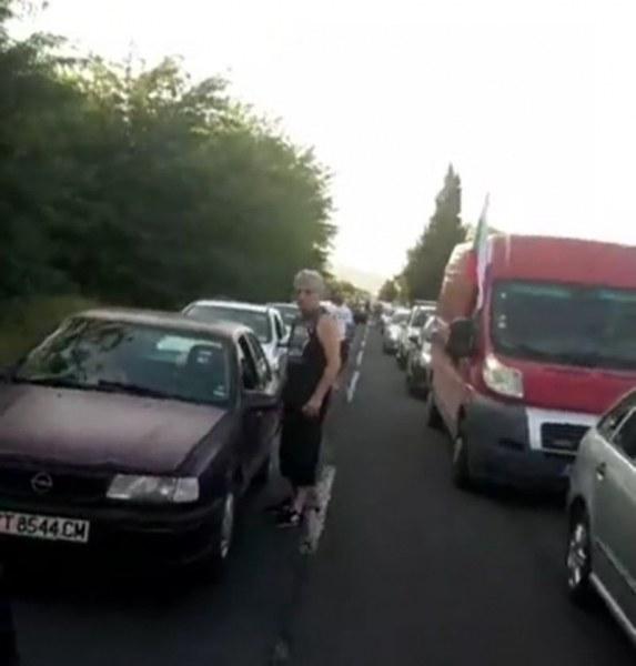 """НА ЖИВО: Стотици коли от Стара Загора тръгнаха към АМ """"Тракия"""", полиция блокира изхода на града"""