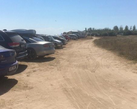 Министерството на туризма сезира МВР за десетки паркирани коли върху дюни