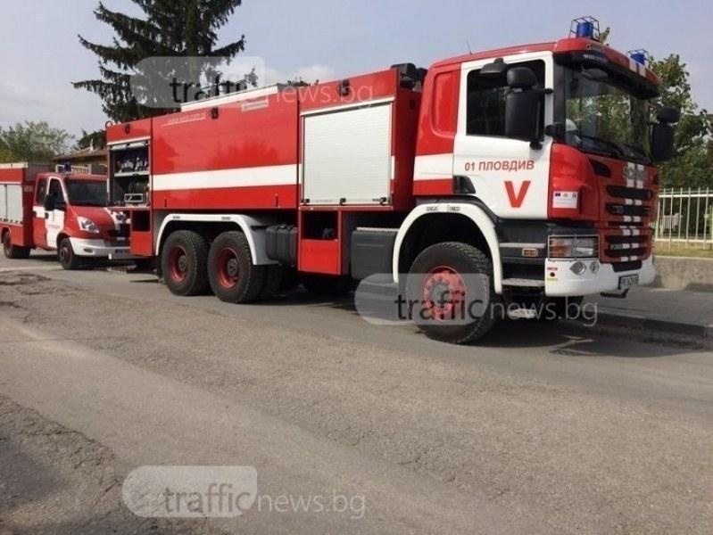 Голям пожар на изхода на Асеновград, шест пожарни гасят огъня