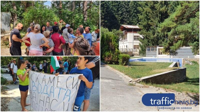 Протест в Бряновщица! Протестиращи влязоха в къщата на баровеца, който ги остави без вода