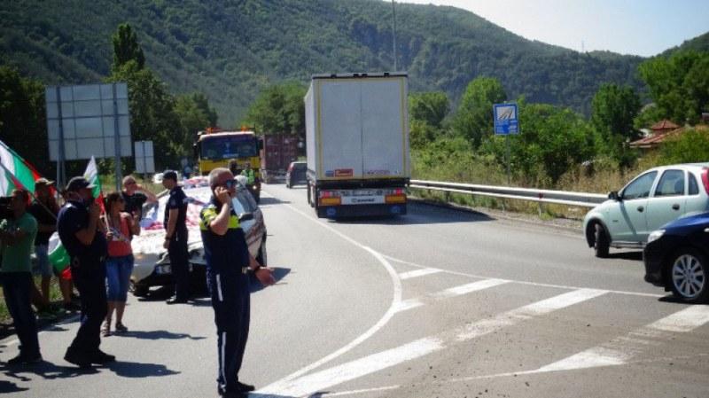 50 души затвориха частично Е-79 край Благоевград, полицията не позволи блокада