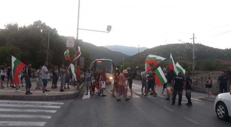 Протестиращи блокираха движението от и за Гърция
