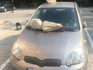 Война за паркомясто: Камъни се стовариха върху кола в Кючука