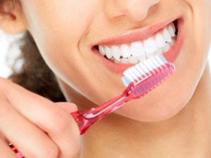 Зъболекар разсея няколко популярни заблуди: Честото миене на зъбите не предотвратява кариес