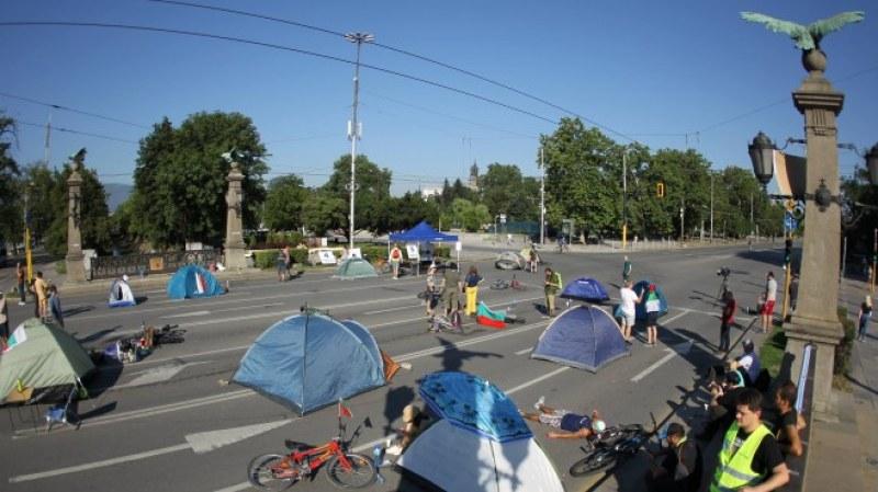 Три столични булеварда и основен междуобластен  път и днес осъмнаха под блокада