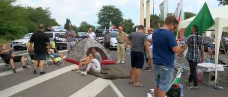 Пети ден на блокада: 20 души осъмнаха в палатков лагер край Стара Загора