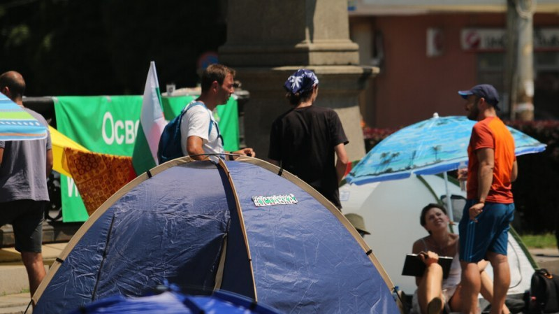 Пияна столичанка налетя на палаткуващи пред Президентството