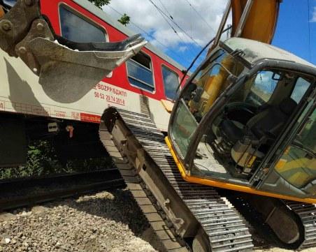 Багер беше ударен от бързия влак от Варна за София